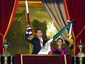 Presidente tocando la campana en el balcon