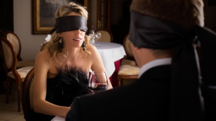 a-couple-dines-blindfolded-at-dans-le-noir-restaurant